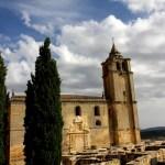 Fotos de la Fortaleza La Mota en Alcalá la Real, iglesia y cipreses