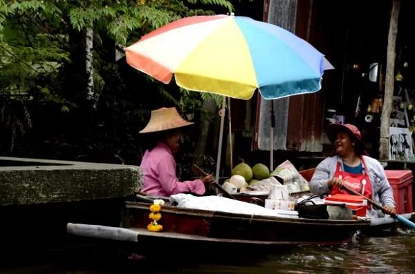 Fotos del mercado flotante de Damnoen Saduak, vendedoras