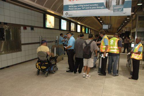 El público utiliza los torniquetes en la estación Wilshire/Normandie de la Línea Morada del Metro. (Foto José Ubaldo).