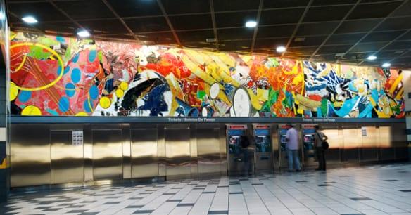 El mural de Stephen Johnson, titulado Universal Delights, mide 58 pies de largo y celebra a la industria de la televisión y el cine. Se encuentra en la estación Universal City.