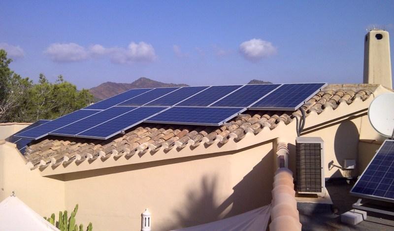 Una casa con paneles solares.