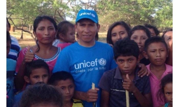 Nairo Quintana en compañía de varios jóvenes wayuu.