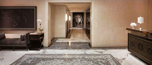 Con una de las mayores y más brillantes colecciones de arte de la Gran Manzana, este hotel cinco estrellas de Madison Avenue es un sueño para los amantes del arte. Hace poco fue remodelado: la inversión alcanzó los 60 millones de dólares. En el corazón del hotel, se encuentra su obra emblemática: un tapiz de la supermodelo Kate Moss que abarca toda la extensión de la pared y fue diseñado por Chuck Close. El hotel tiene la atmósfera propia de la casa de un coleccionista de arte adinerado con una particular obsesión por la década del 40. La decoración, en tanto, está inspirada en el diseño de los 90, con obras de diversos artistas, como Jenny Holzer, Cecily Brown y Richard Serra. Alojarse en el hotel cuesta desde $6.320 por noche.