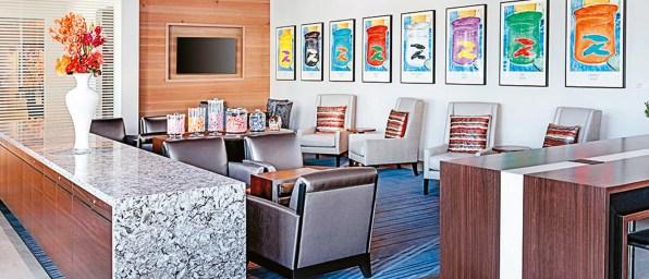 El diseño contemporáneo se fusiona con servicios de alta tecnología en este nuevo hotel de lujo, situado en la ciudad de Denver. El arte es el corazón de este cinco estrellas, que cuenta con dos galerías. Además, se pueden encontrar obras de arte en los pasillos y también en cada habitación. Uno de los detalles destacados es una instalación de 22 mil luces. Muchas de las obras ubicadas en las galerías fueron recopiladas por la reconocida curadora Dianne Vanderlip, del Museo de Arte de Denver, e incluyen trabajos de varios artistas locales. Hasta el restaurante del hotel, Fire, tiene un toque artístico, con una cautivante fuente de fuego, candelabros y esculturas cinéticas. Las habitaciones están disponibles desde $2.800 por noche.