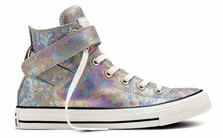Las nuevas Chuck Taylor Iridescent de Converse vienen en varios modelos y ya están en todos los locales y tiendas fashion del país. Botita de cuero premium brillante, $2.695.