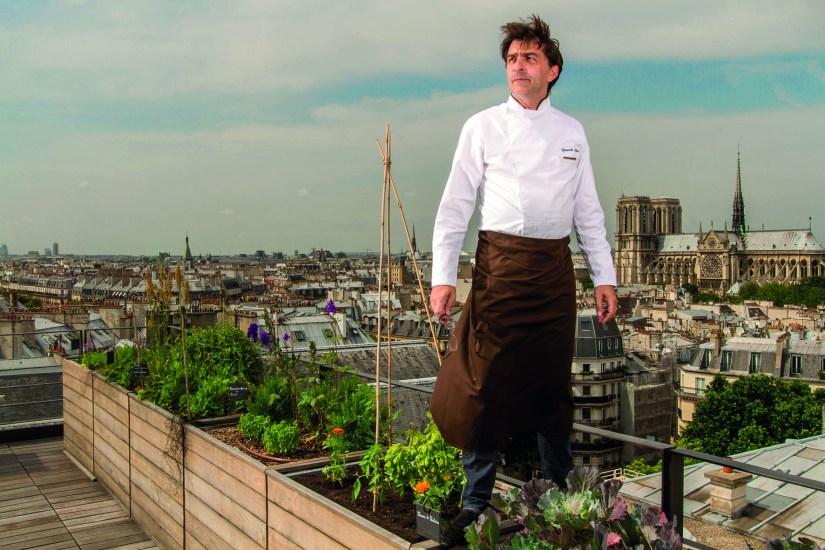 Yannick Alléno, en el jardín vegetal de la terraza del restaurante Terroir Parisien, en el noveno piso de la Maison de La Mutualité, 5th Arrondissement, Paris.