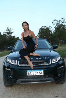 María Vázquez junto a la Range Rover Evoque, el último modelo de Land Rover.
