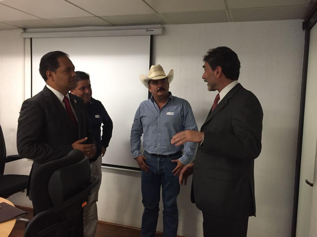 Octavio Nájera escucha atento al Dr. Francisco Gurría Treviño.