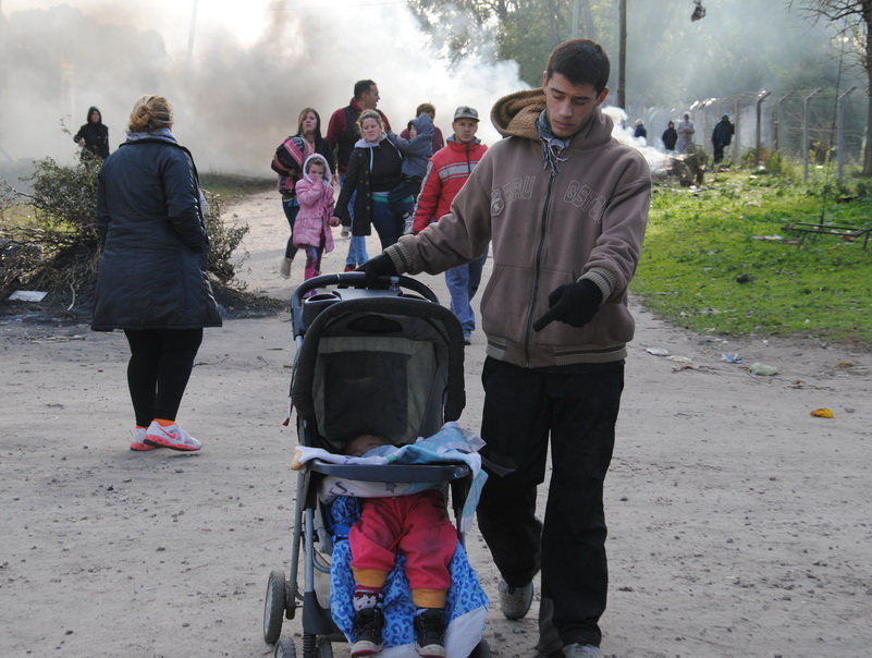 Vecinos huyendo del humo con niños