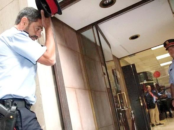 """-FOTODELDIA- GRA156. BARCELONA, 12/09/2017.- El mayor de los Mossos d'Esquadra, Josep Lluís Trapero (i), a su llegada hoy a la Fiscalía Superior de Catalunya donde ha asistido a una reunión junto a los responsables de la Guradia Civil y la Policía Nacional, en la cual la Fiscalía de Cataluña ha ordenado a todos los cuerpos que, para evitar la """"consumación del delito"""", """"requisen urnas"""" y todo material destinado a preparar y celebrar el referéndum del 1 de octubre. EFE/Marta Pérez"""