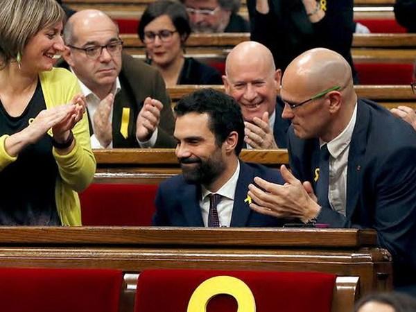 GRAF1086. BARCELONA, 17/01/2018.- El nuevo presidente del Parlament, Roger Torrent (c), recibe la felicitación de sus compañeros tras ser elegido durante la sesión constitutiva del Parlamento catalán de la XII legislatura. EFE/Alberto Estévez
