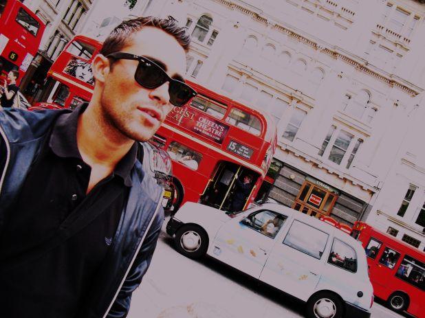 Felipe Delgadillo en Londres observando el tráfico