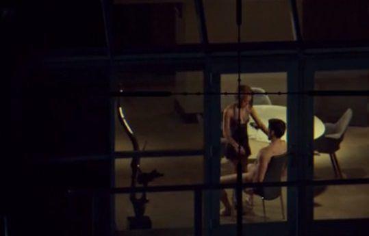 Orphan Black 2x05: Rachel abusa de su posición de poder para acostarse con Paul ante la mirada y el rifle de Helena.