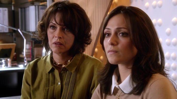 Crítica de Chasing Life: En casa, April se encuentra con una hermana adolescente y rebelde y una madre recién recuperada de su propio drama.