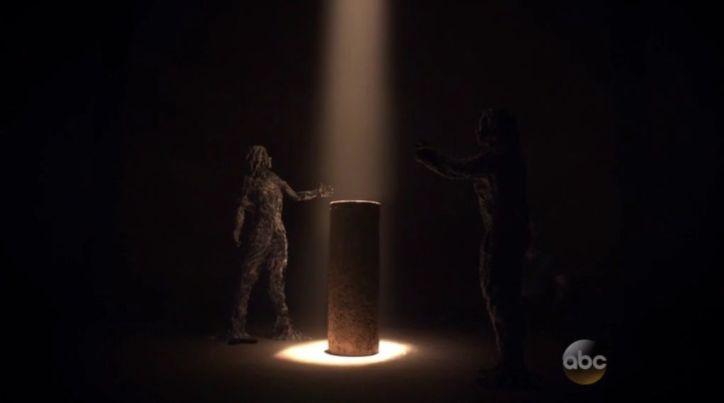 Agents of SHIELD 2x10: Skye y Raina quedan petrificadas por el obelisco y Trip muere al intentar destruirlo.