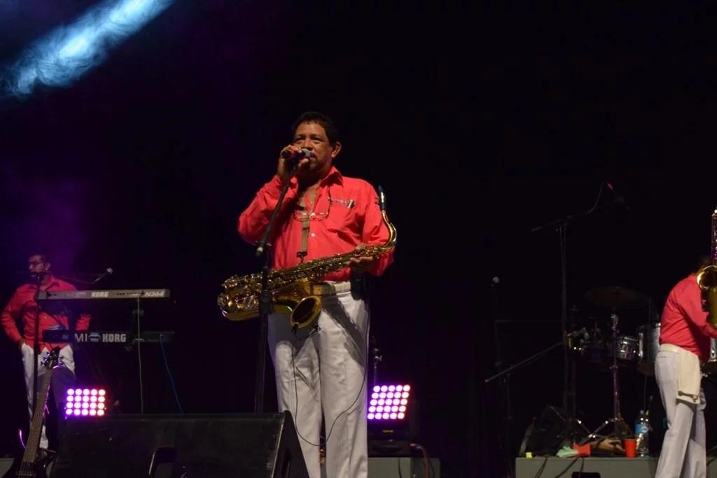 Don Juan Mendiola Torres, dirigiendo la agrupación.