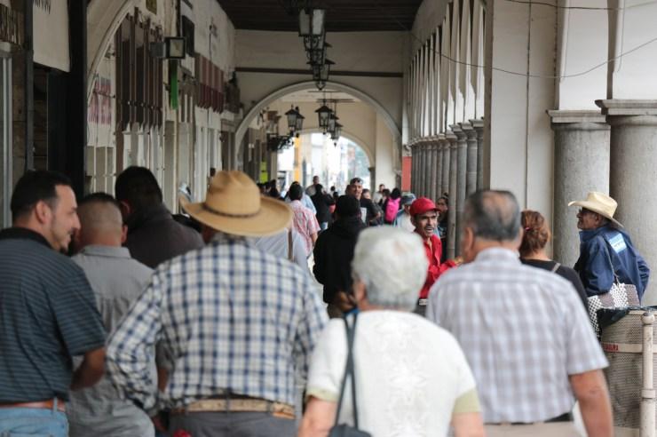 Personas en los portales de Zapotlán el Grande