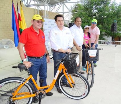 El ministro Jorge Eduardo Rojas cuando entregaba las bicicletas al alcalde del municipio Pedro J Sánchez