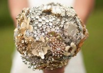bride_holding_brooch_bouquet