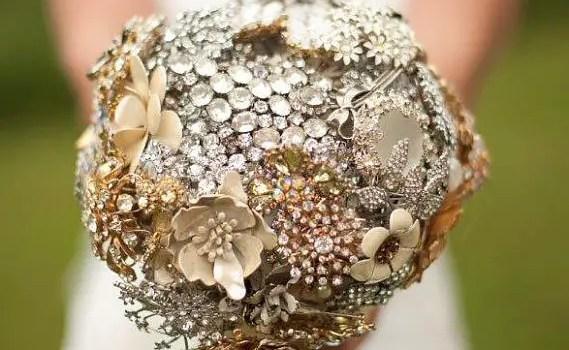 bride_holding_brooch_bouquet