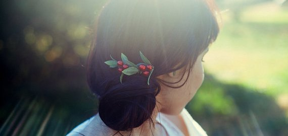 brides-woodland-wedding-berry-hair-comb-KimArt-emmalinebride