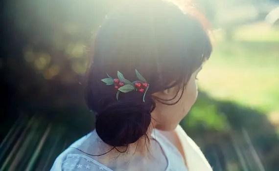 brides-woodland-wedding-berry-hair-comb-KimArt-emmalinebride