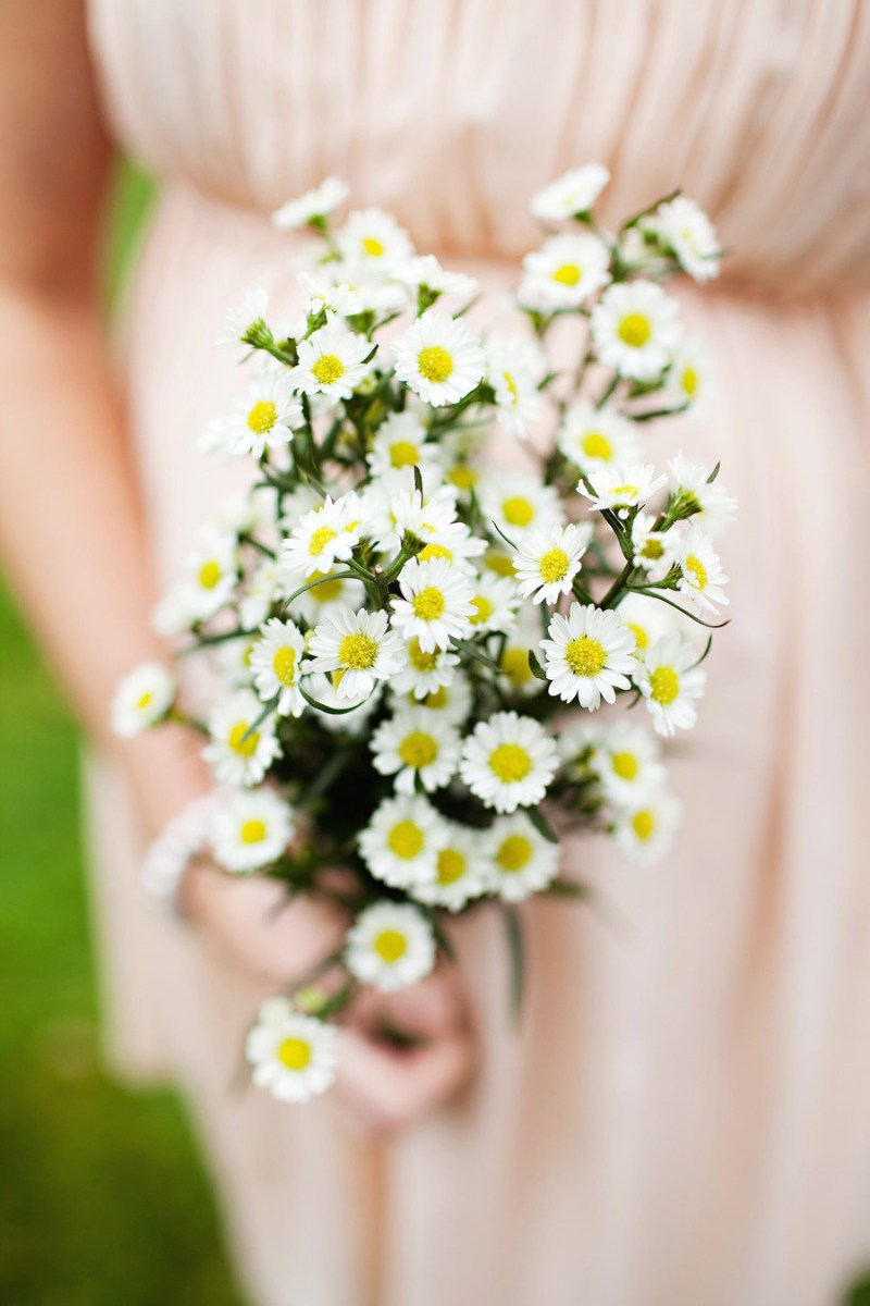 bridesmaid holding daisy bouquet | daisy ideas theme weddings