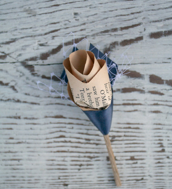 vintage boutonniere | via What Kind of Boutonniere to Pick (and Why) http://emmalinebride.com/groom/what-kind-of-boutonniere/