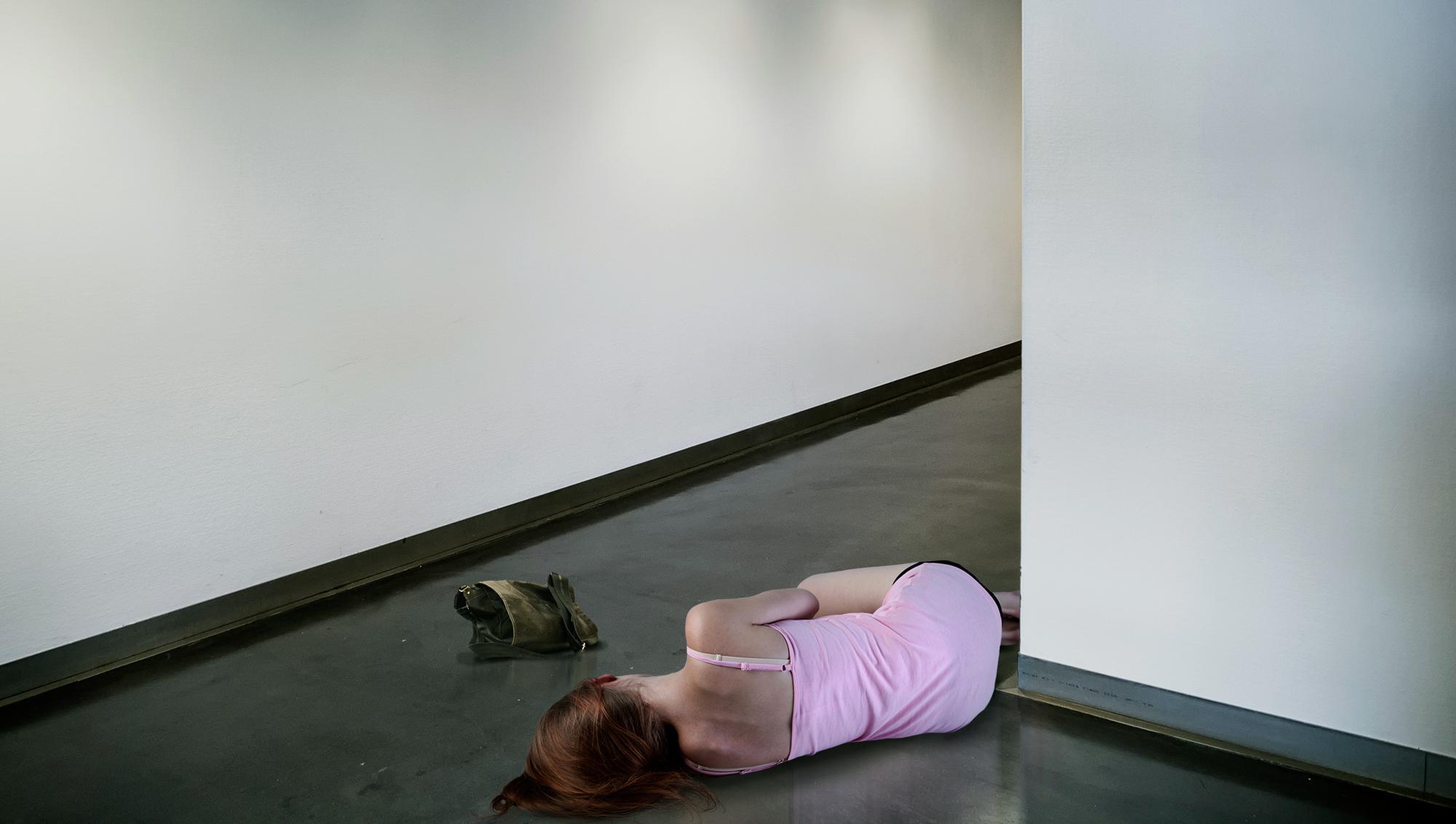 Le dicen que el suelo es lava y se queda en silencio, mirándolo, imaginando que se hunde y que todo termina al fin