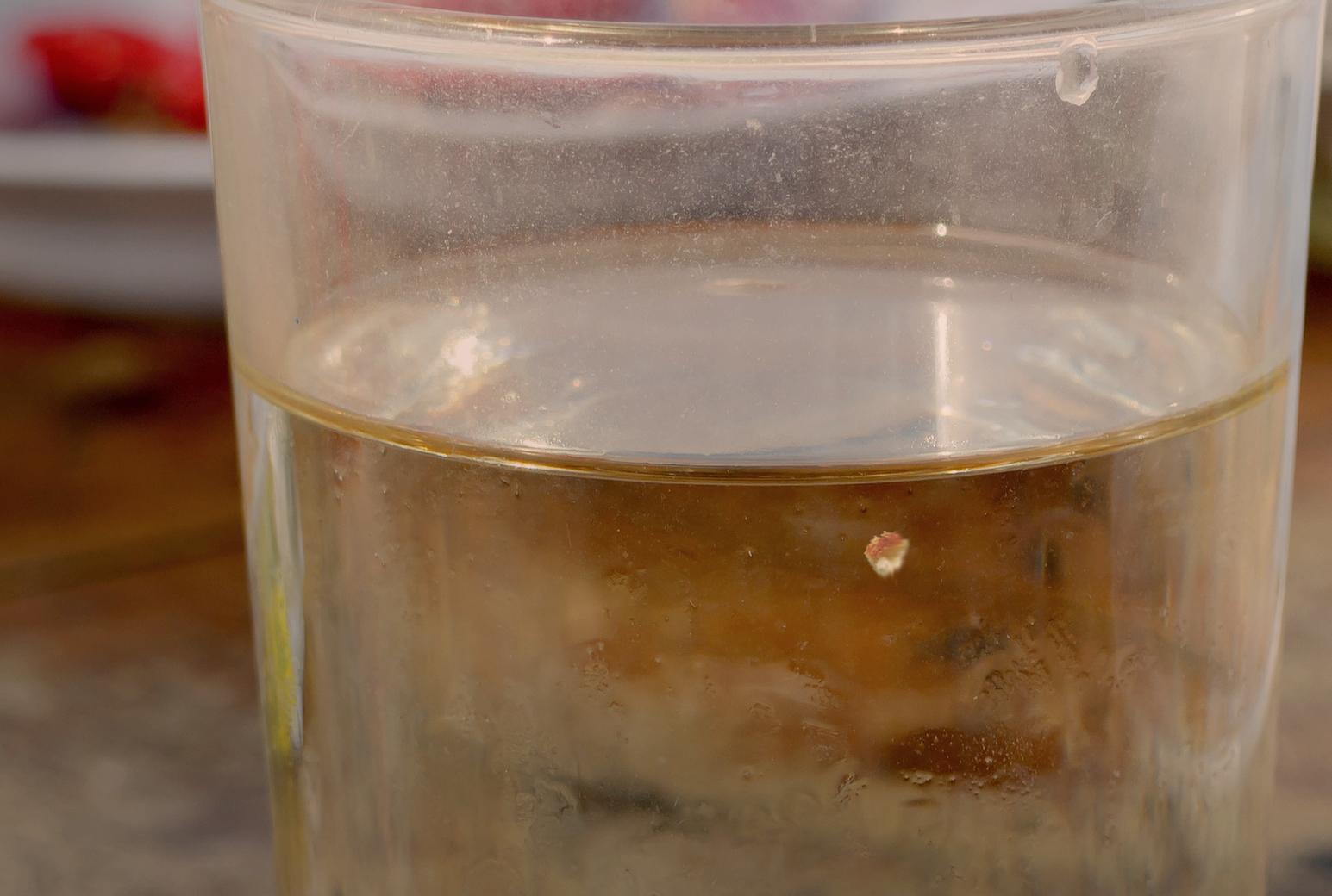 Pequeña miga de pan flotando echa a perder todo un vaso de agua