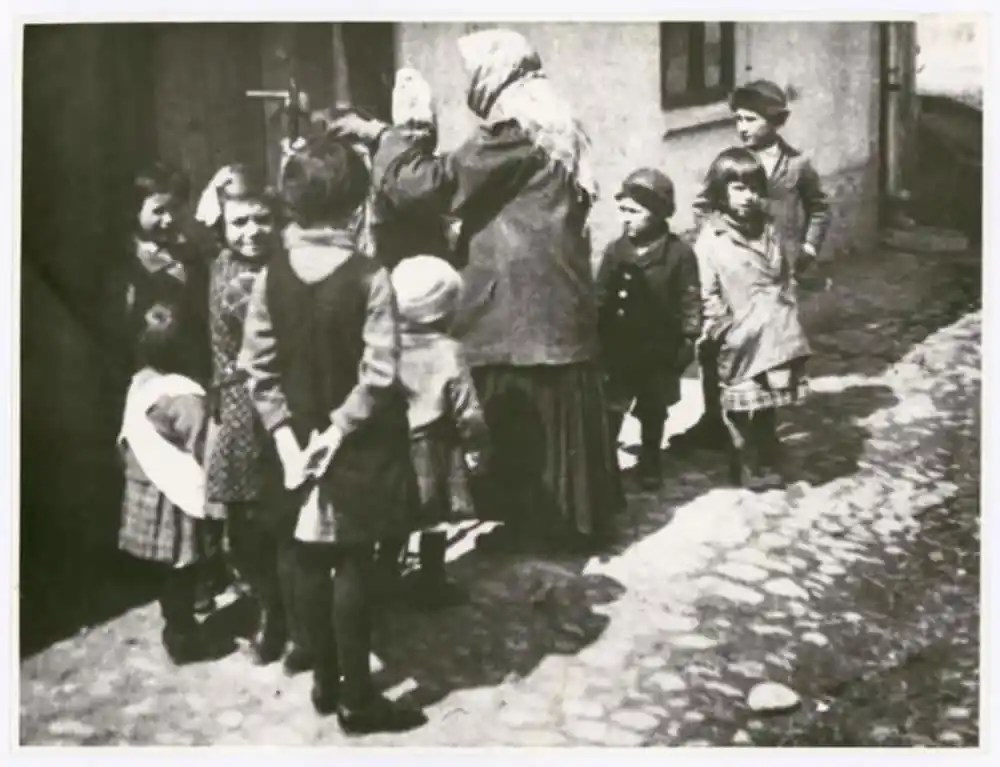 Group of children, photo: Irena Blühová, 1929. Bauhaus-Archiv Berlin / © Zuzana Blüh, London. Source: https://www.bauhaus100.de/en/ past/people/students/irena-bluehova/index.html