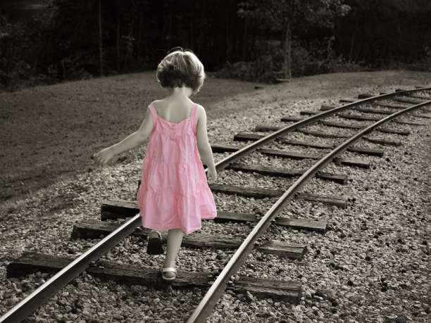 παιδί κορίτσι περπατάει στις γραμμές του τρένου συναισθήματα