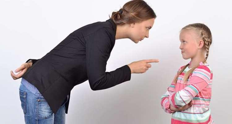 μητέρα μαλώνει το παιδί