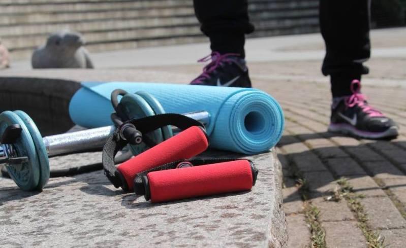 Hantlar, gummiband och matta. Träna för en bra hållning!