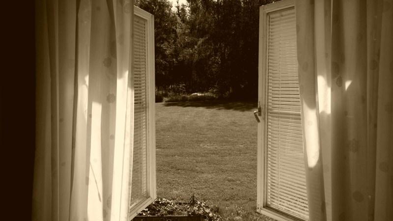 Lugnt yogaretreat utsikt från fönstret ut på gräsmattan
