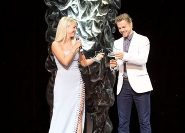 Julianne & Derek Hough honored at Dizzy Feet (Photo Credit: Earl Gibson, Getty Images)