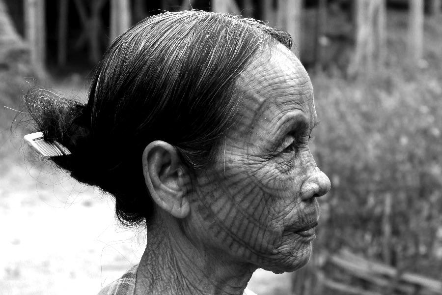 femme-tatouee-nb-une