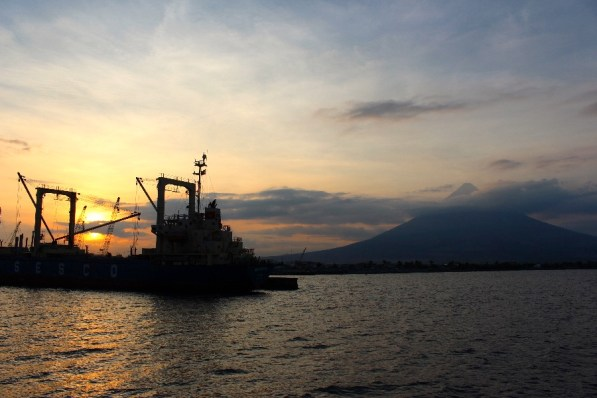 La vue depuis le port sur le volcan.