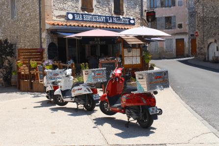 """Les scooters vintage de Scoot Nomad devant le resto """"La Paillette""""."""