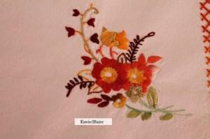quatre bouquets au quatre coins de la nappe