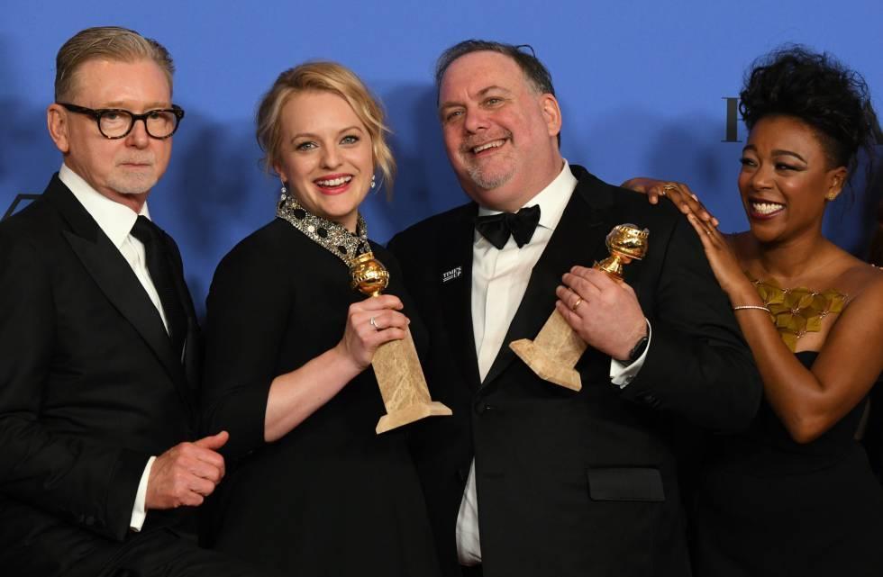 Elisabeth Moss posa con el creador de 'The Handmaid's Tale', el productor Warren Littlefield y la actriz Samira Wiley al recoger su Globo de Oro a Mejor drama, repitiendo en los Emmy.