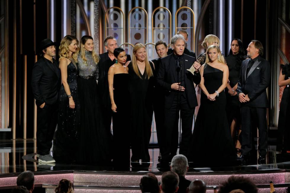 El guionista David E. Kelley sostiene el Globo de oro a mejor serie limitada por 'Big Little Lies' rodeado por su reparto y equipo. La serie ya ha sido renovada por una segunda temporada.
