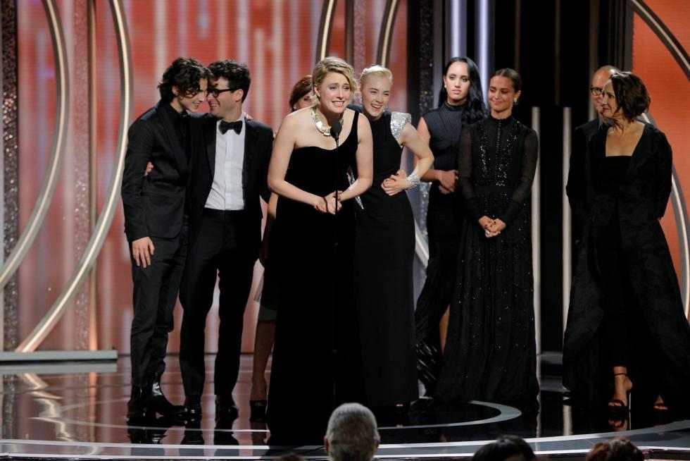 La directora de 'Lady Bird', Greta Gerwig, no nominada como directora, habla en nombre del equipo al recibir el premio a mejor comedia.