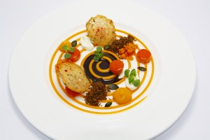 Feines vom Hokaido-Kürbis mit mildem Schwarzwälder-Ziegenfrischkäse Steirischem Kürbiskernöl und geröstetem Malzbrotcrumble