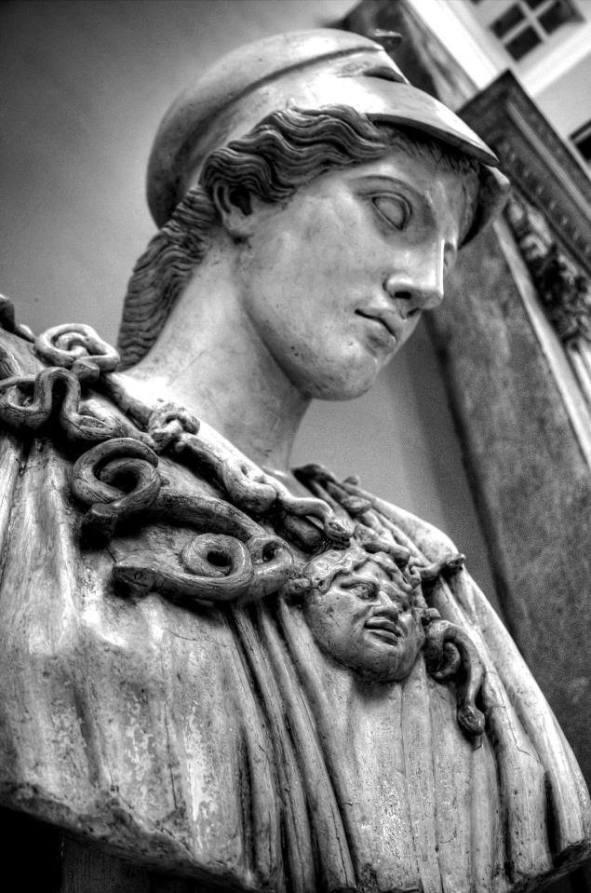 Κολοσσιαία προτομή της θεάς Αθηνάς στο μουσείο τέχνης Κάρνεγκι στο Πίτσπεργκ της Πενσυλβάνιας. Το αυθεντικό ελληνικό έργο του 450 π.Χ. εκτίθεται σήμερα στην γλυπτοθήκη του Μονάχου.