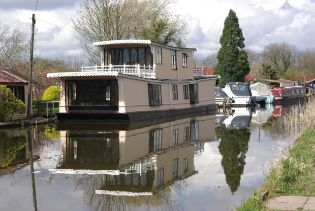 Design Tips for Decorating a House Boat