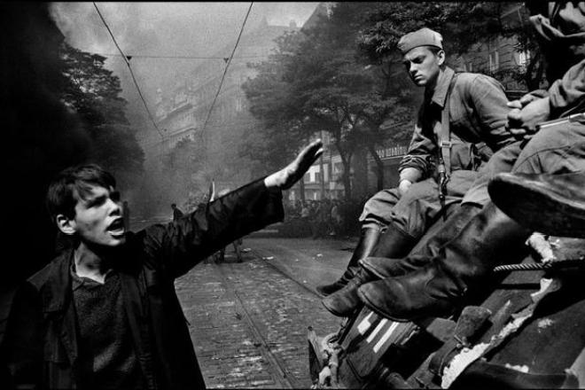 CZECHOSLOVAKIA. Prague. August 1968 © Josef Koudelka / Magnum Photos