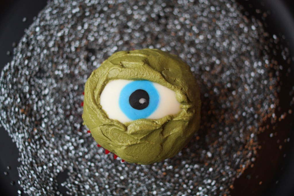 Creepy (and Easy!) Chocolate Eyeball Cupcake Tutorial