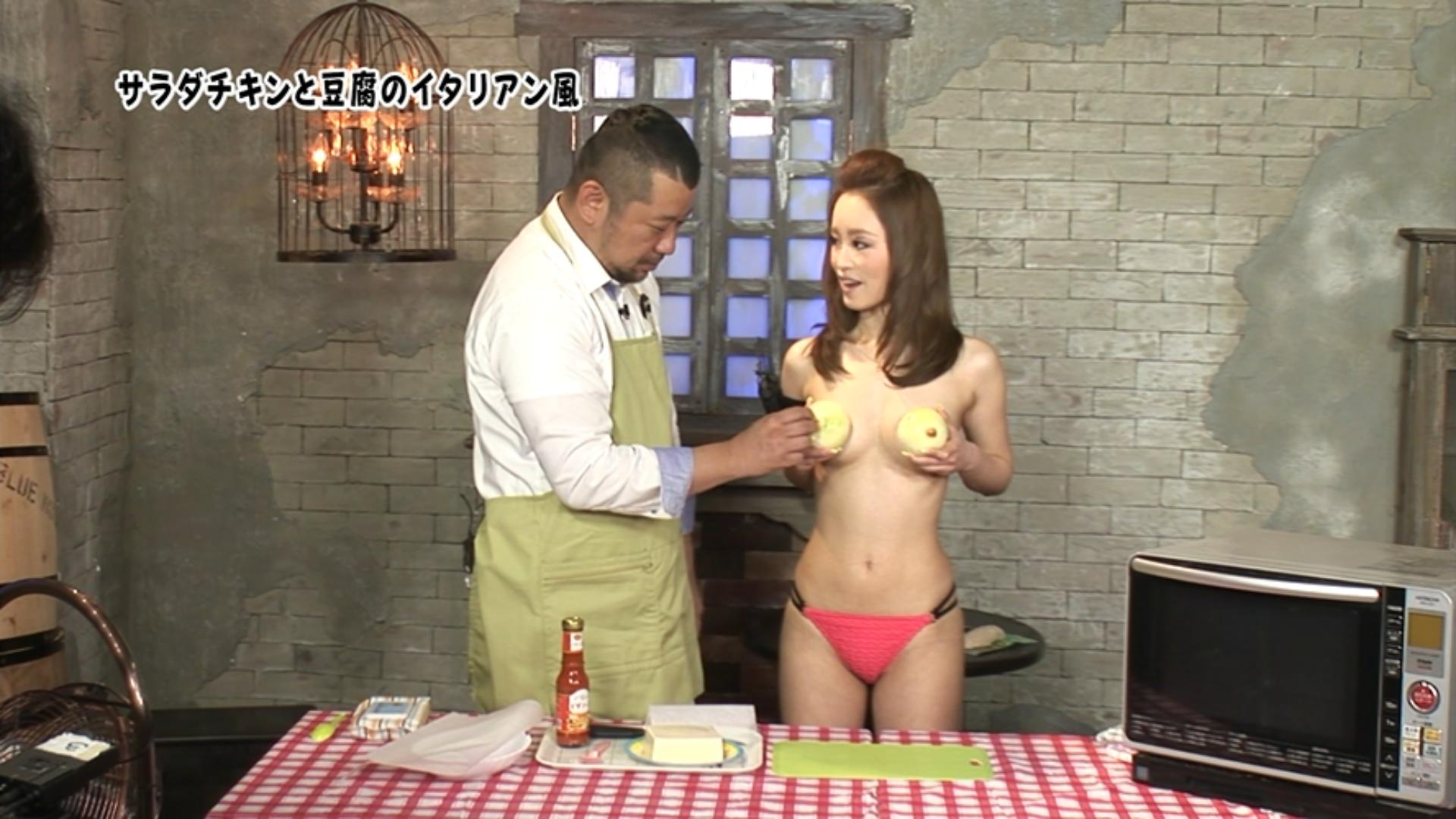 【エロ画像】桐嶋りのとかいうav女優がトップレスお乳丸出し状態でケンコバと料理番組やってるんだがwwwwwwwwwwwwwwwwww(えろキャプ画像あり)