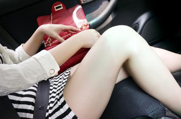 車内にこんなミニスカ美足太ももがあったら事故率上がるわwwwwwwwwww(写真あり)
